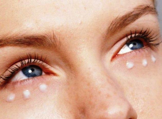 Учитывайте все нюансы нанесения крема на область вокруг глаз