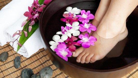 Крем для сухой ног можно приготовить по нашим рецептам своими руками дома