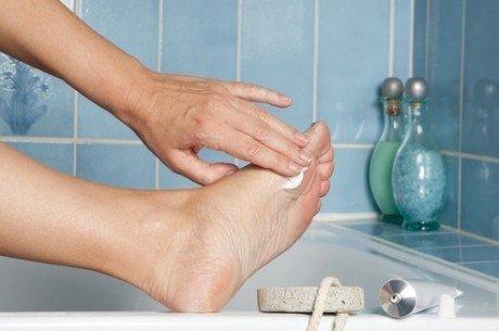 Нанесение крема от грибка на ноги