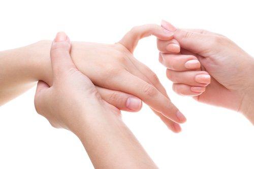 Гидрофильный крем образует пленку на руках, которая отталкивает воду и другие вещества