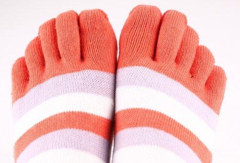 При диабете очень важно следить за гигиеной ног и носить носки из натуральных материалов