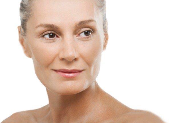 Вернуть молодость коже лица можно с помощью омолаживающего крема.