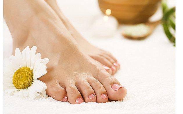 Крем для зимнего ухода за ногами помогает питать кожу