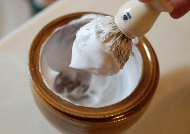 Мужской крем для депиляции легко наносить помазком