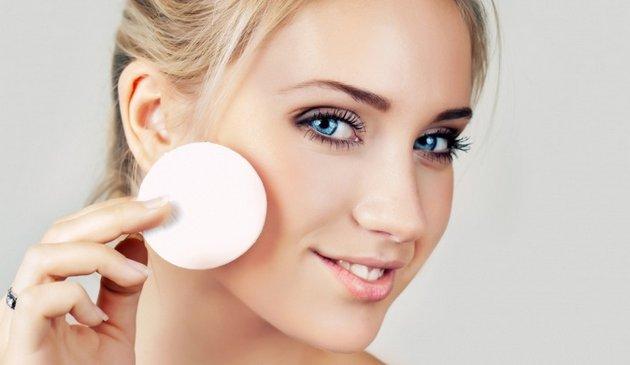 Крем с кислотами помогает придать коже лица равномерный оттенок