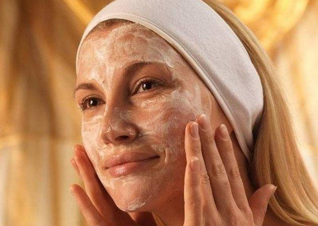 Крем-скраб для лица отшелушивает ороговевший слой кожи