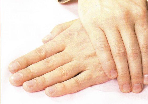 мужской крем для рук помогает защитить руки от сухости и шелушения