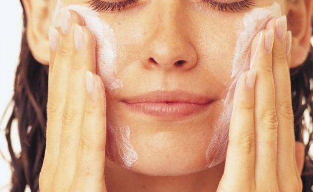скраб поможет очистить кожу от отмерших клеток и крем не будет скатываться