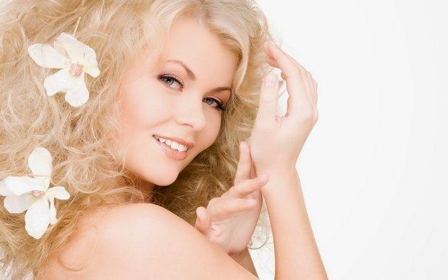легкий крем для лица нежно воздействует на кожу