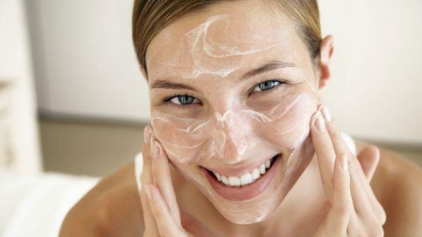 причин скатывания крема на лице много