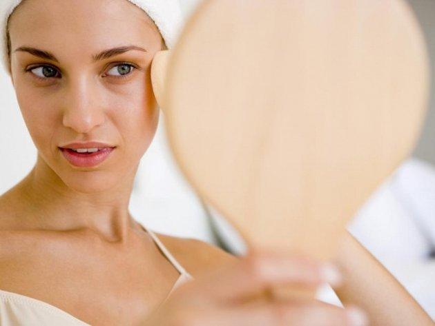 Чтобы не скатывался тональный крем, нужно заранее тщательно очистить кожу и нанести увлажняющее средство