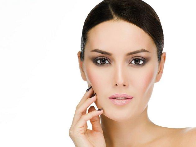 Начинать использовать кремы вокруг глаз нужно с 25 летl