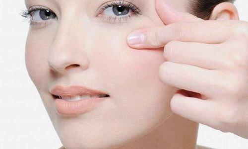 Увлажняющий крем подтянет кожу под глазами