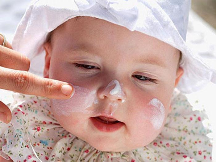 Крем от солнца для детей до года нужно наносить на лицо
