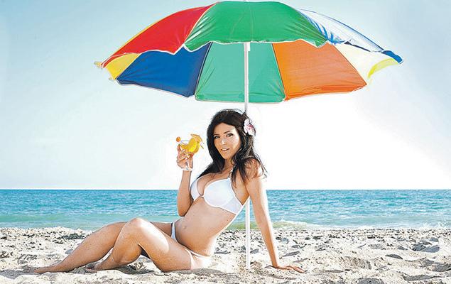 В опасные часы на пляже необходимо заходить в помещение или находиться под зонтиком