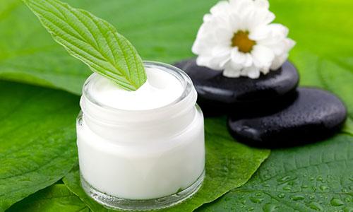 В состав массажного крема входят растительные экстракты и витаминизированные компоненты