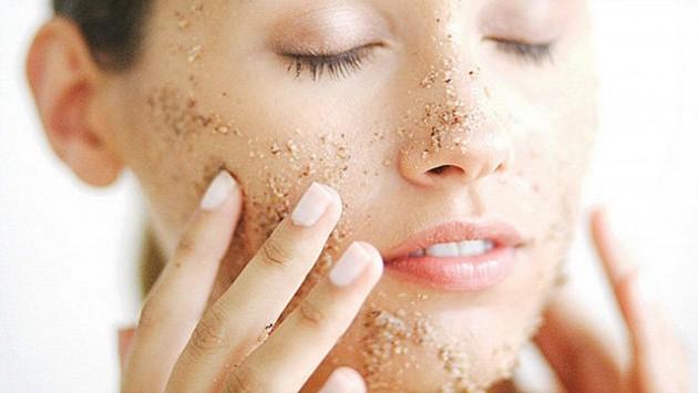 Скраб для лица поможет очистить комбинированную кожу
