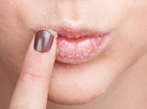 Наносите пилинг для губ массирующими движениями